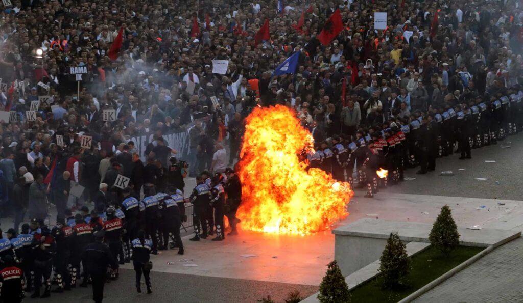 Diez días antes de que el Consejo Europeo decida si abre negociaciones de adhesión con Albania, el país vive una crisis institucional sin precedentes.